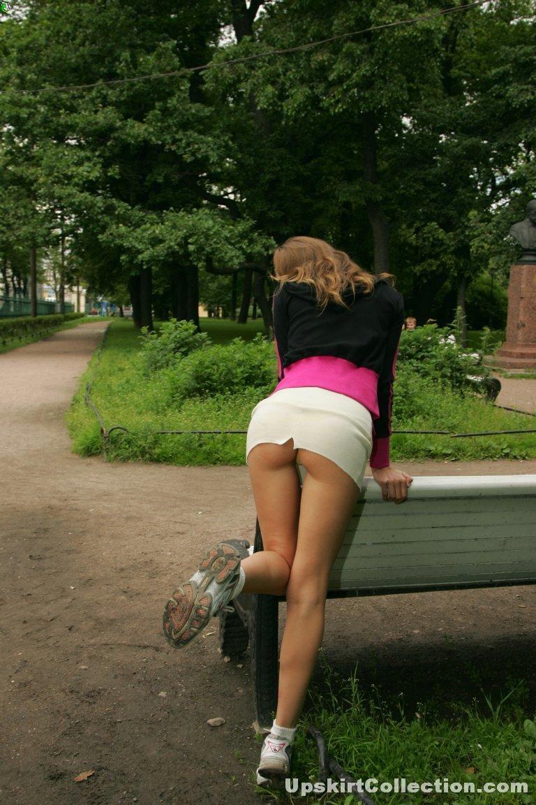Видео девушки танцуют в коротких юбках и трахаются на улице