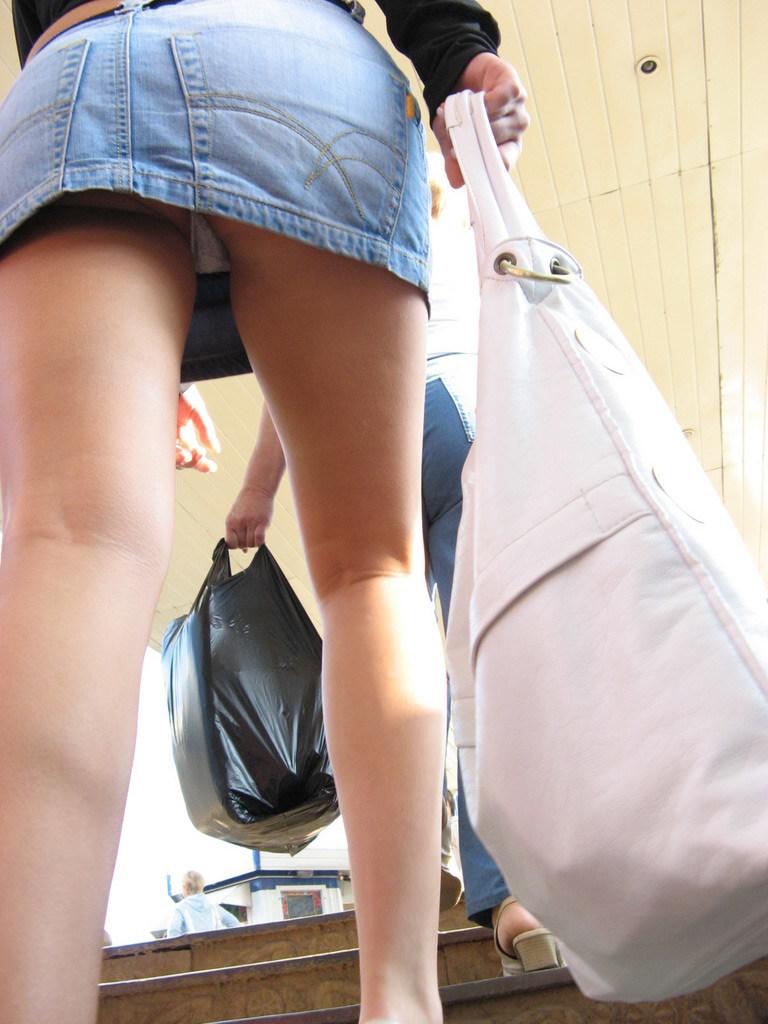 Подглядываем под юбки на лестницах