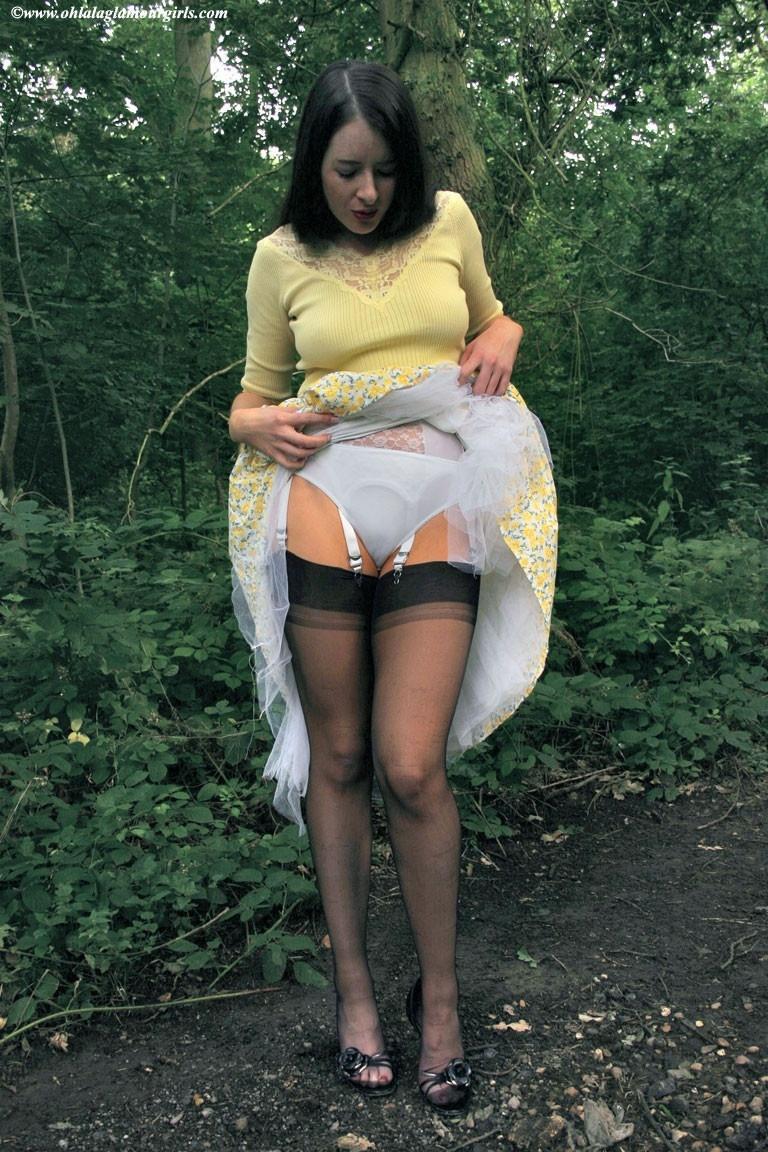видео женщины задирают юбки эротика
