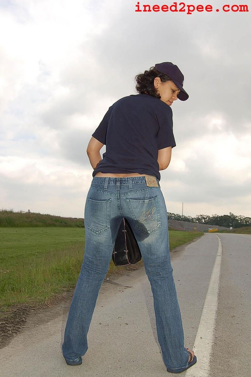 девушки не выдержав писают в штаны видел как