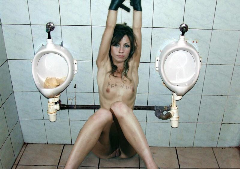креативные эротические фото женщина за туалетом побрейте