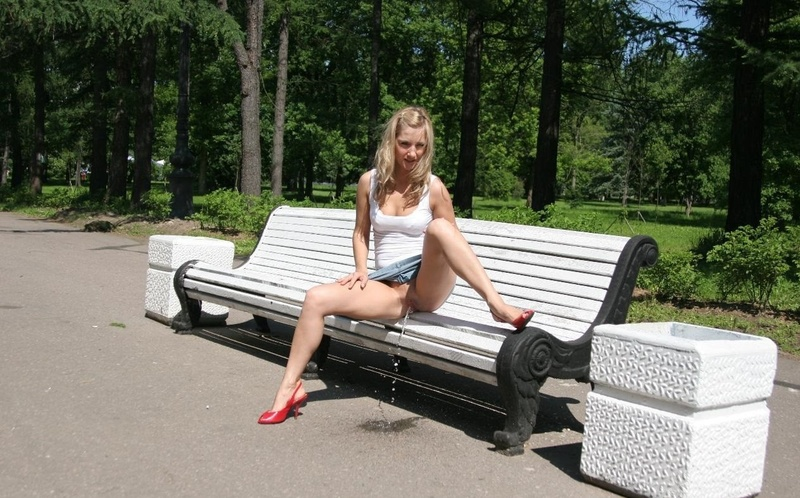 Без на девушки скамейке трусиков