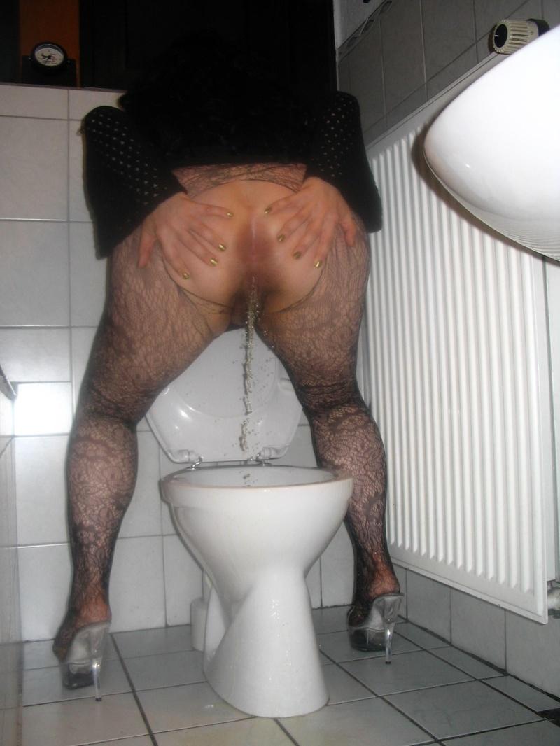 Фото писающая тетка в туалете