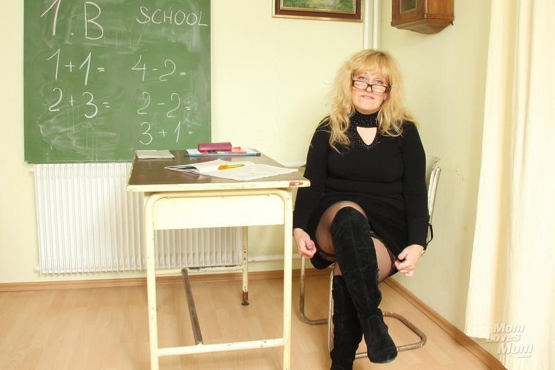 Смотреть как учитель пристаёт к учени це 1 фотография