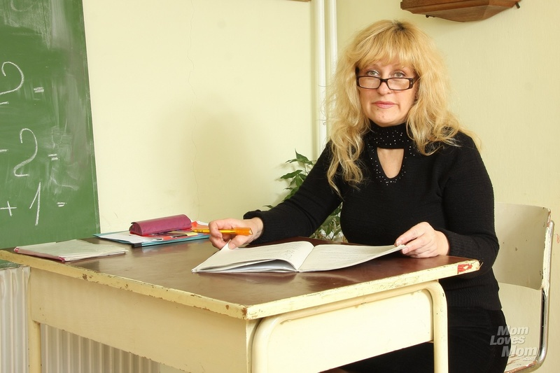 Учительница соблазнила ученика своей короткой юбочкой 1 фотография