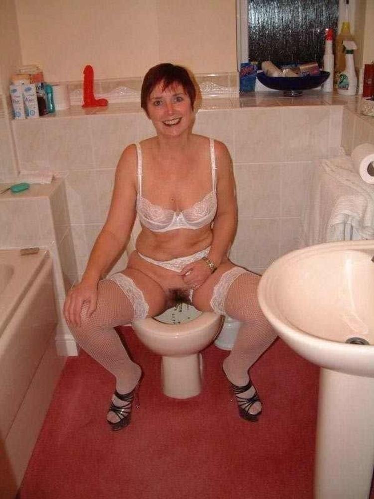 размятая фото писающая тетка в туалете посмотри чем
