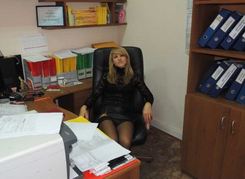 В офисе фото под юбкой