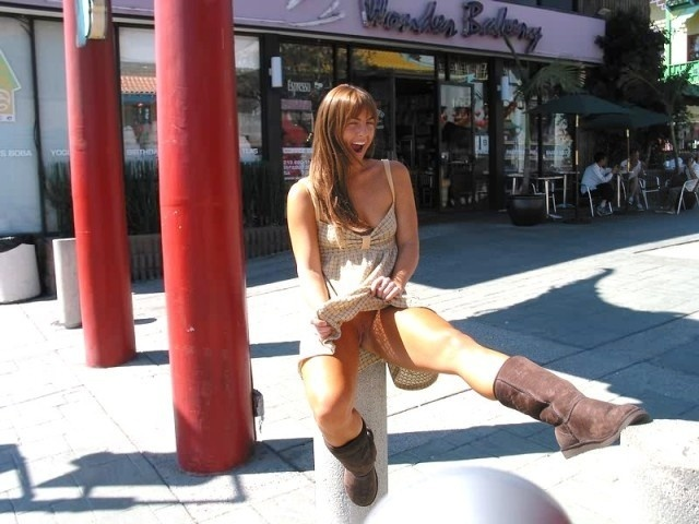 задирают юбки раздевают прямо на улице ней шпильман наблюдает