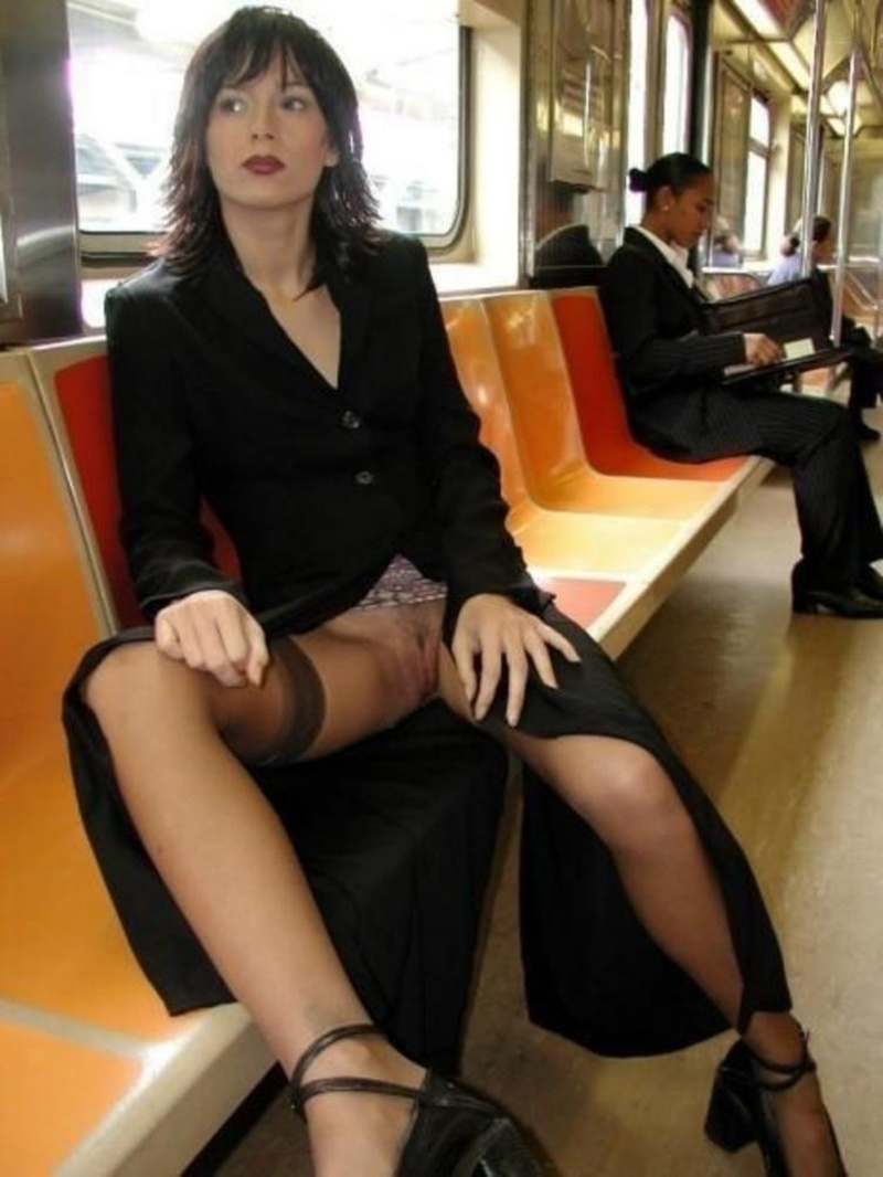 Трогает девушку в транспорте 17 фотография