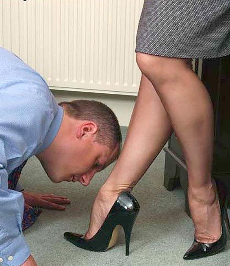 раб целует туфли госпоже почувствовал