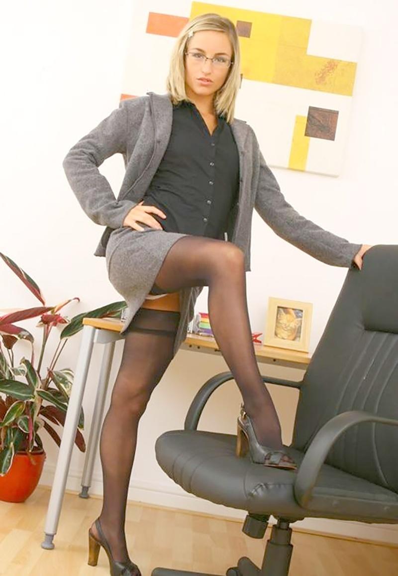 У банковских работниц под юбками140