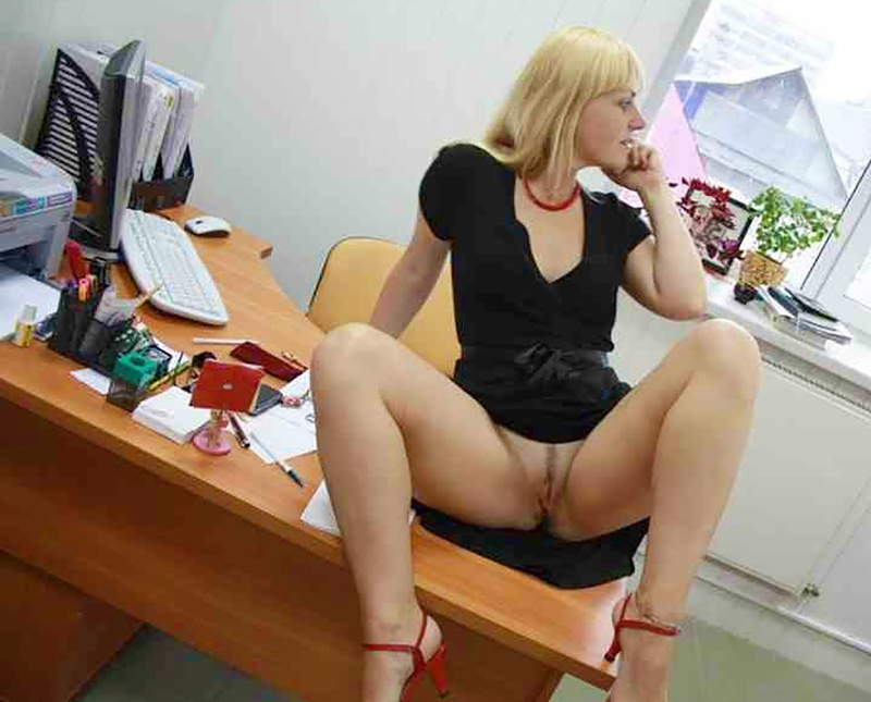 Секретарша маструбирует под столом 8 фотография