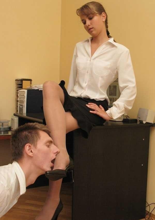 Наказывает подчиненную начальница строгая