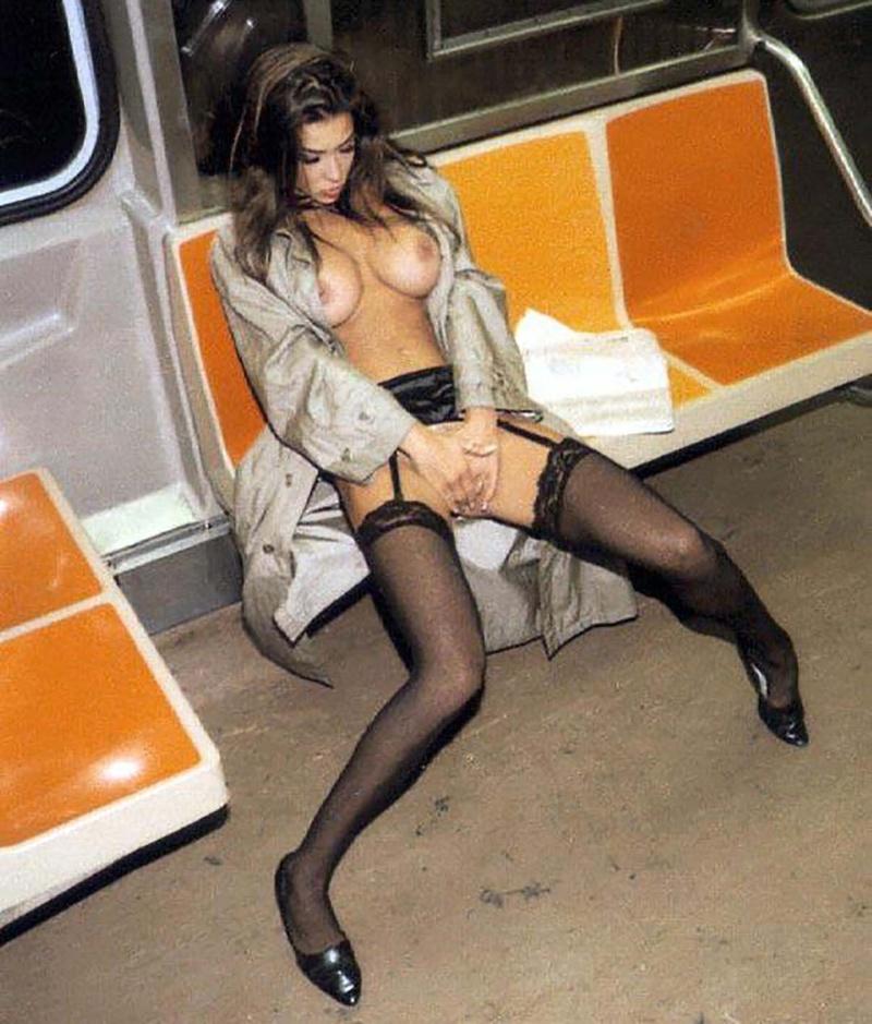 Пьяная девушка на публике 2 фотография