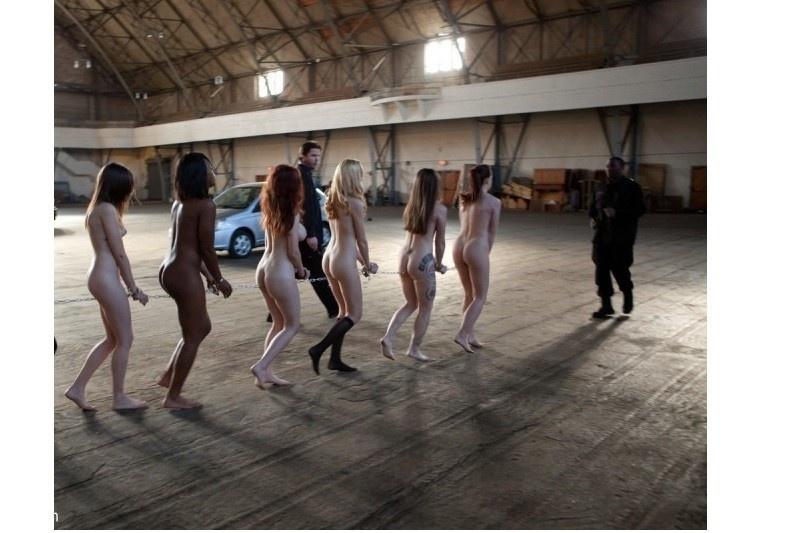 голые женщины сидящие на диване подогнув ноги под попы-фото