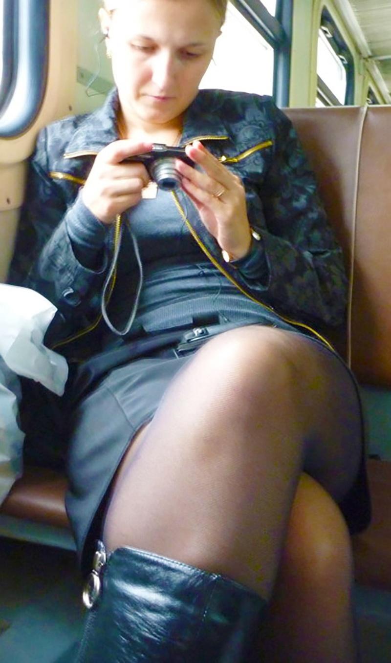 видео под юбкой у женщин в электричке