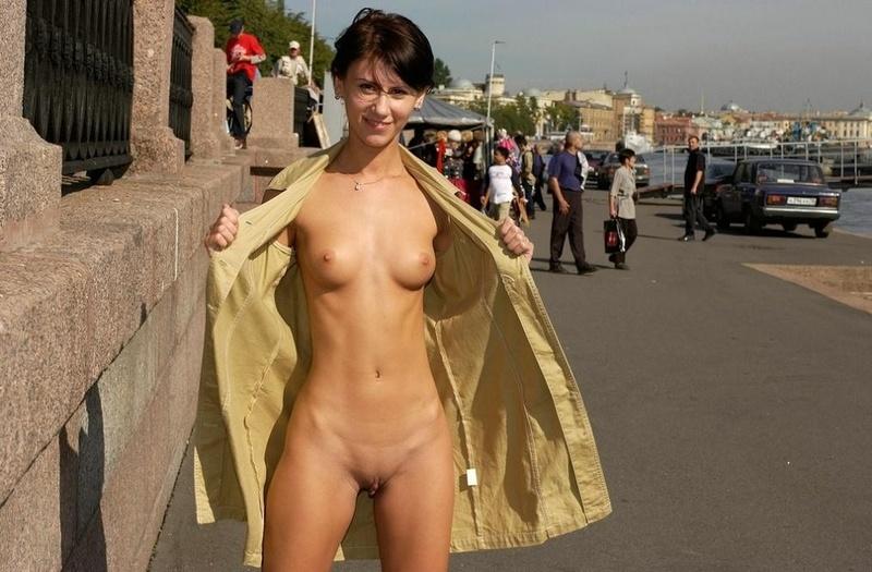 Голая под онлайн пальто порновидео