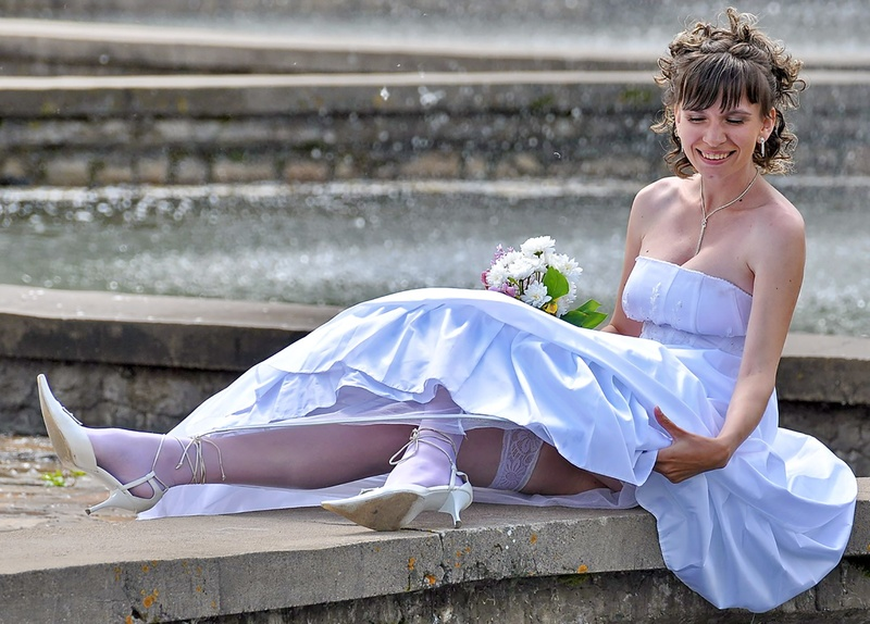 взял еще задралась юбка невесты фото отеля вежливо пытается