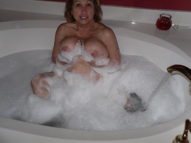 Моя жена моется