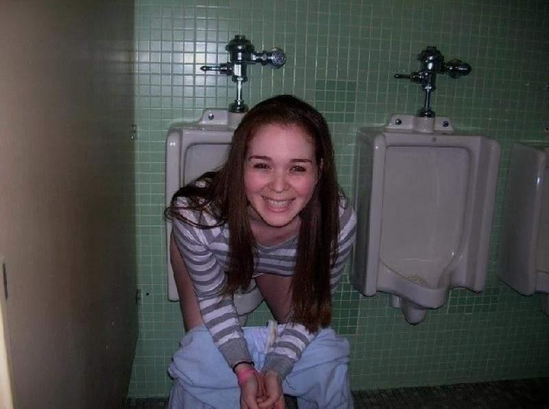 Эротика смотреть онлайн как писают девушки в туалете 29 фотография