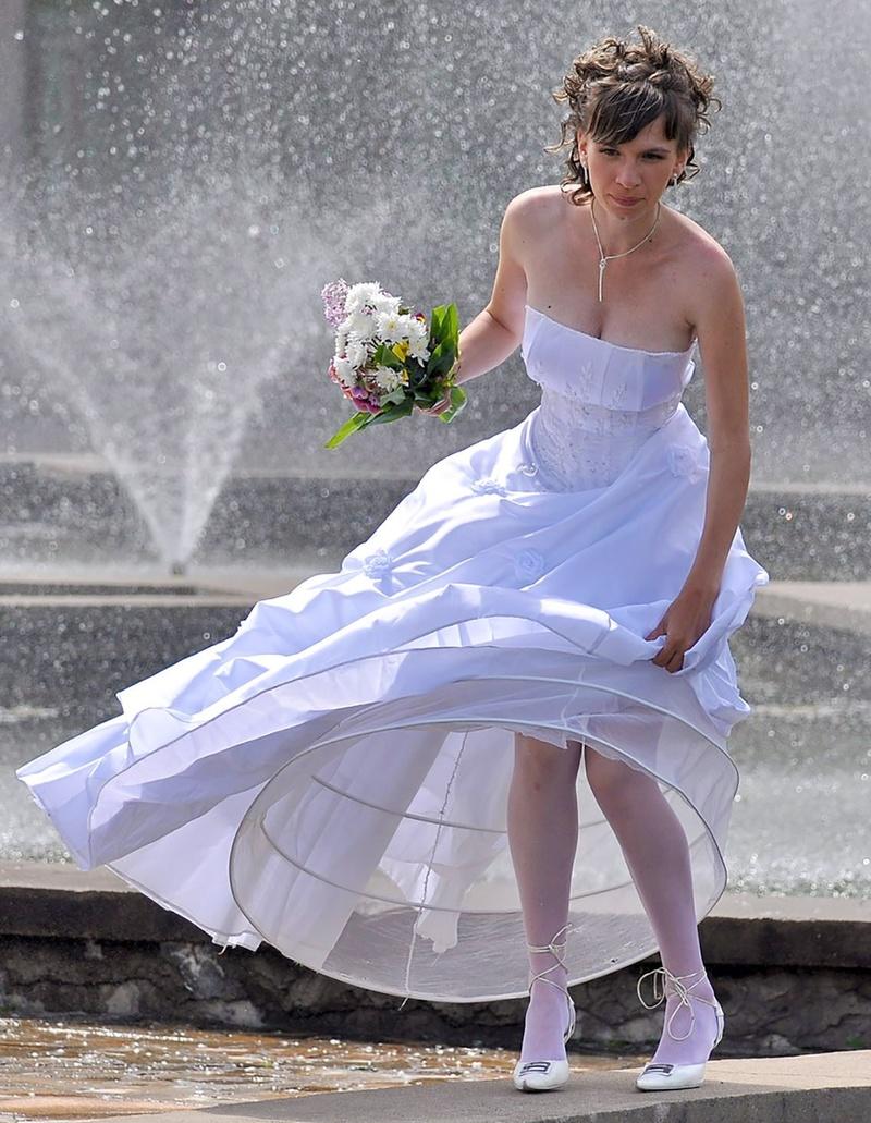 то, фото невест с задранным платьем говоря, насилуют