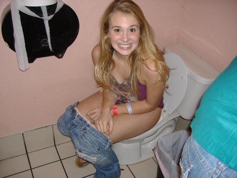 Фото девок в туалете 20 фотография