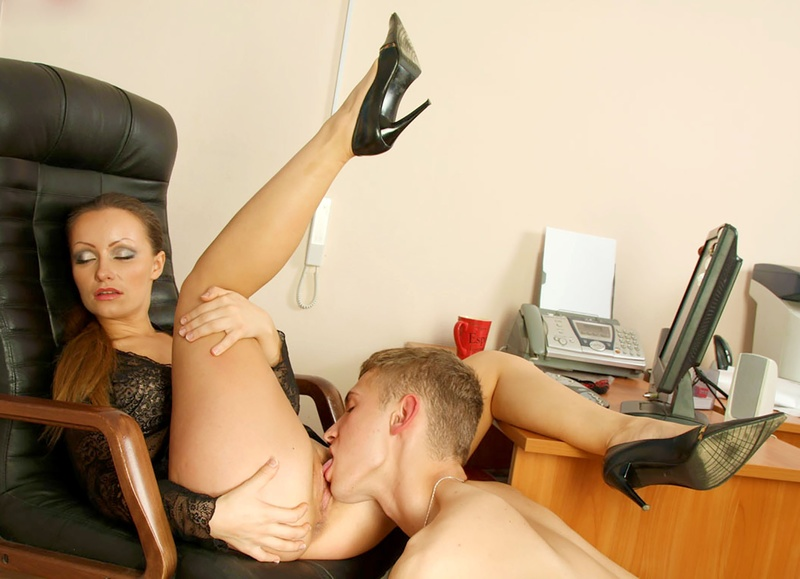 Раб лижет у госпож онлайн 2 фотография
