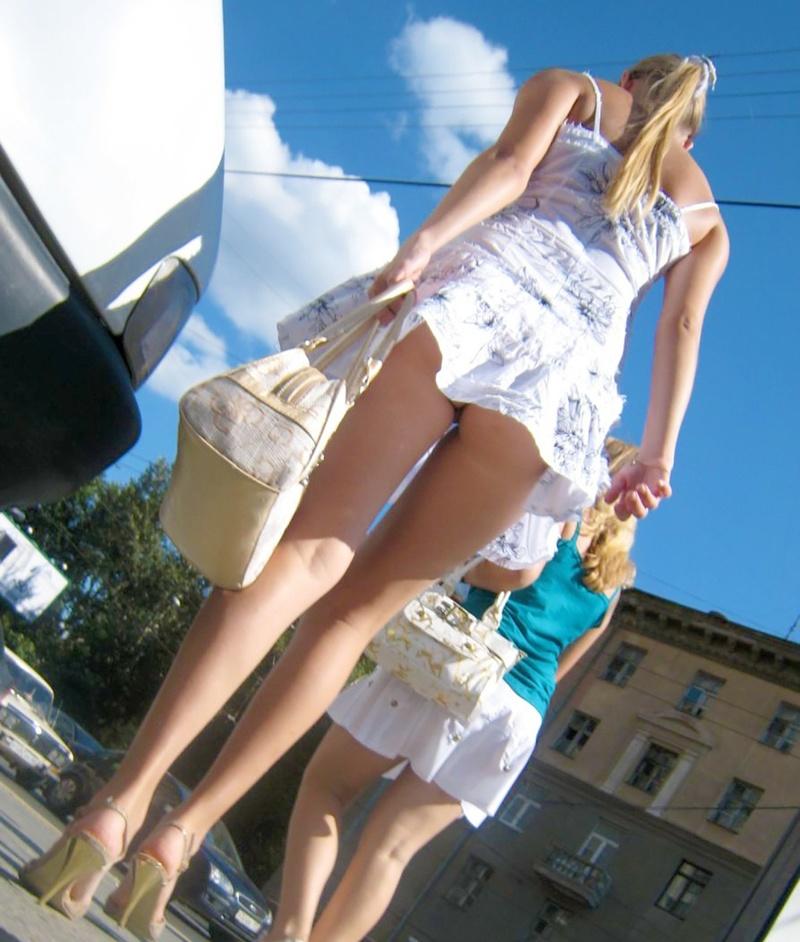 Русские подглядывания под юбку на улицах 17 фотография