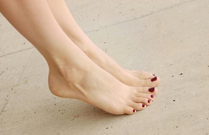 девушки фото пальцы ног дама встала позу