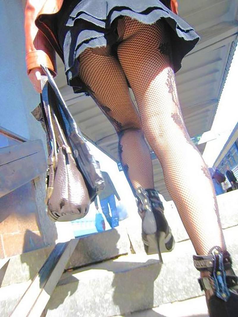 Подглядывания под юбку сексуальных телочек заставляют
