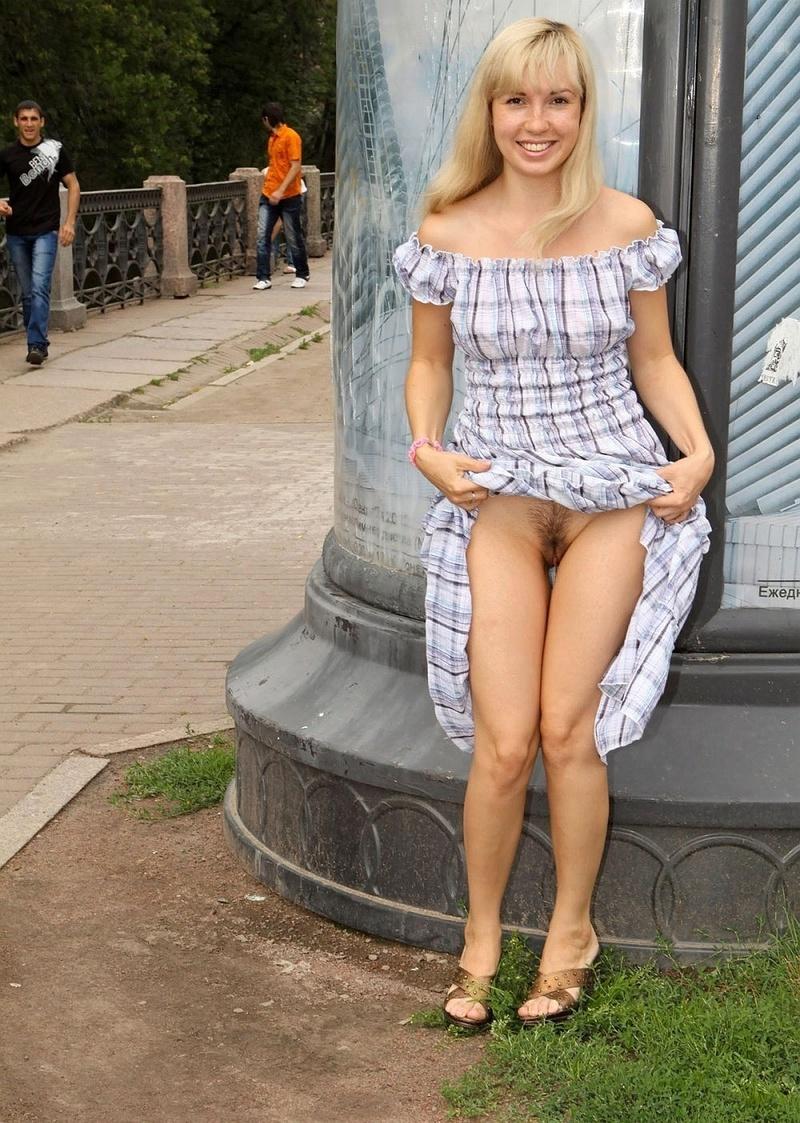 Частное фото голой жены без трусов под платьем