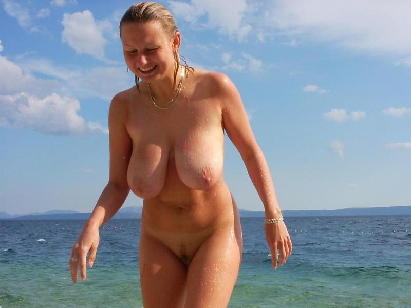 Смотреть сиськи на пляжу 20 фотография