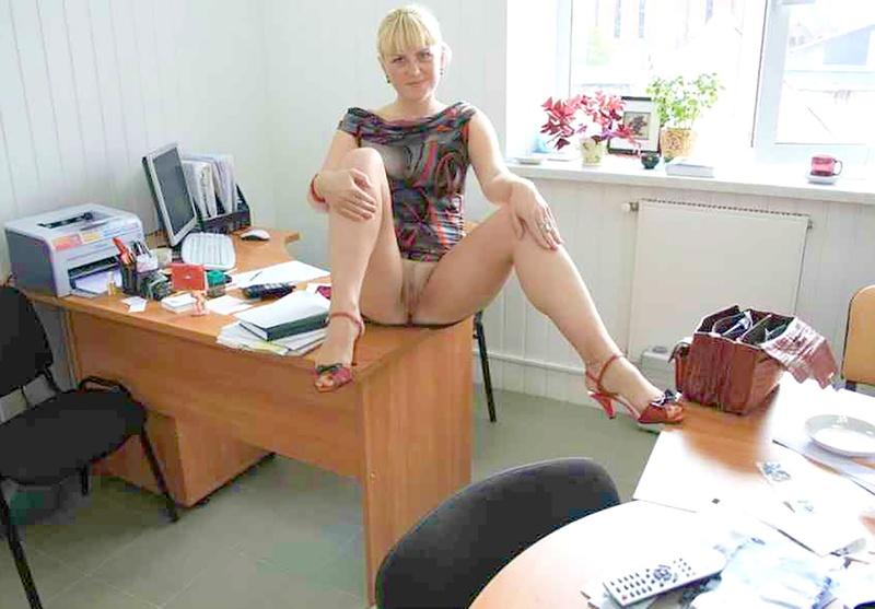 Секретарша маструбирует под столом 9 фотография