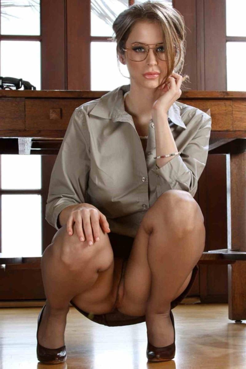 девушка в строгом костюме показывает гениталии после интервью видео мамину пизду