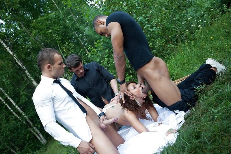 Толпа мужиков трахают невесту