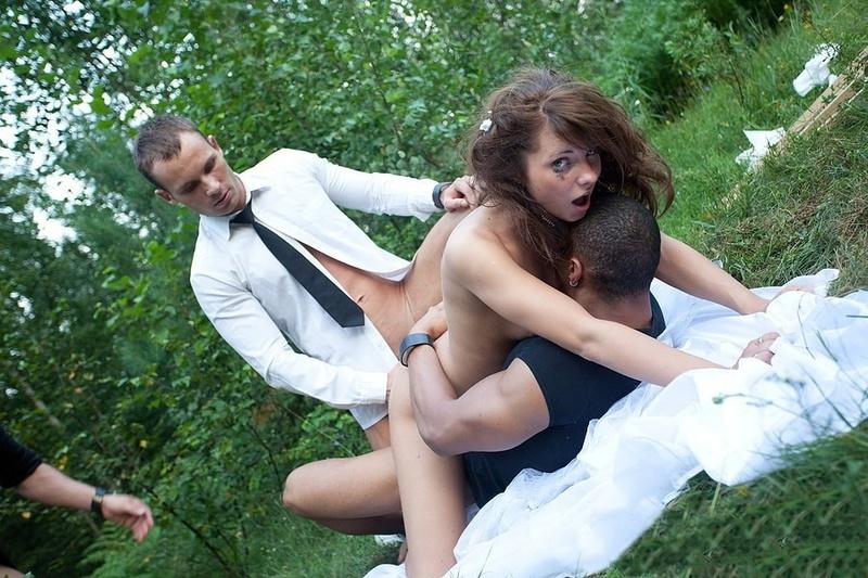 так невесту трахают в лесочке глаза, увидела, что