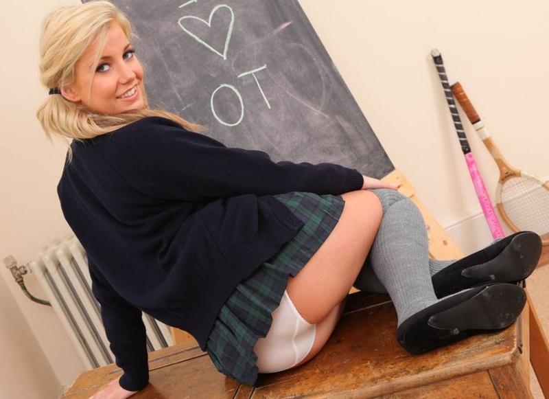 студентки задирают юбки