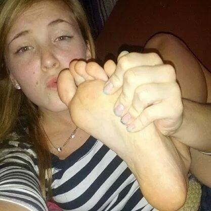 Ее ноги большой палец сосешь