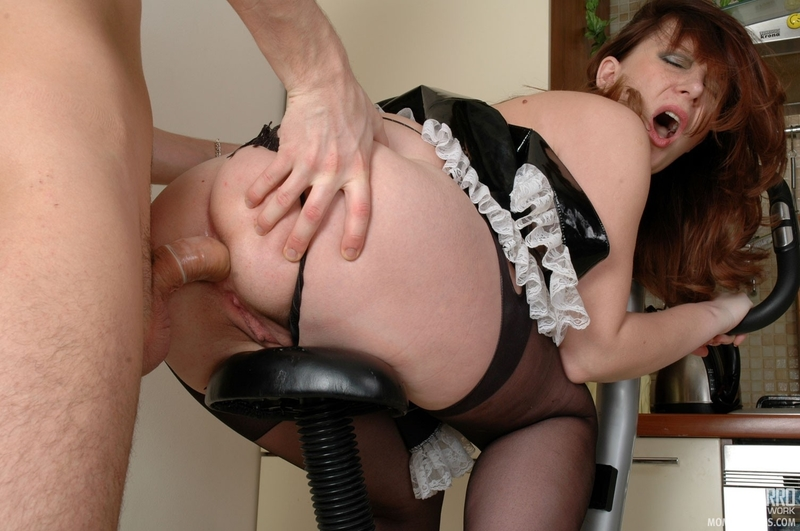 Трахает бабу на стуле
