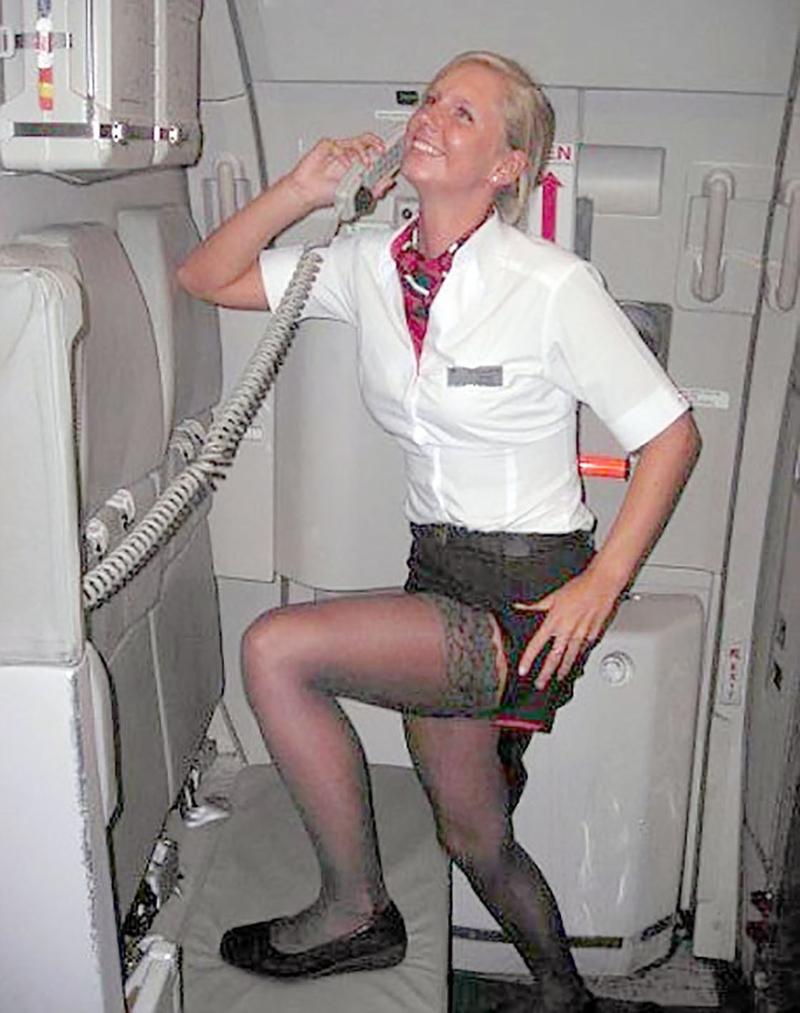 Стюардесса трахается с пассажиром и пилотом с огромной грудью, техника дрочения девушке
