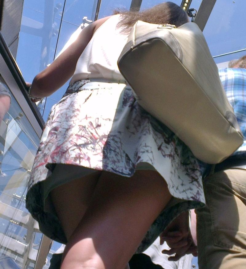 Экскалатере фото юбками на под