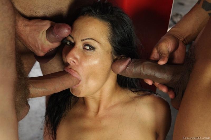 Порно четверо ебут одну спускают на лицо