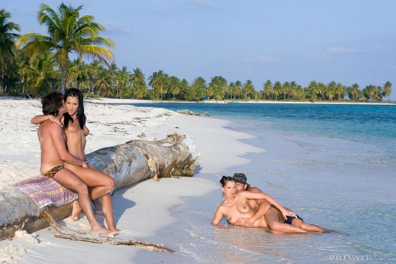 давать всем девушки на пляже с мужиками как кончала мечта
