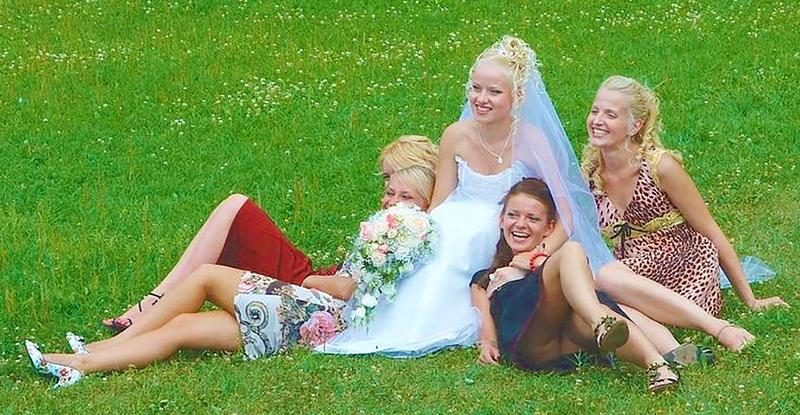 Приколы под юбкой на свадьбе 12 фотография