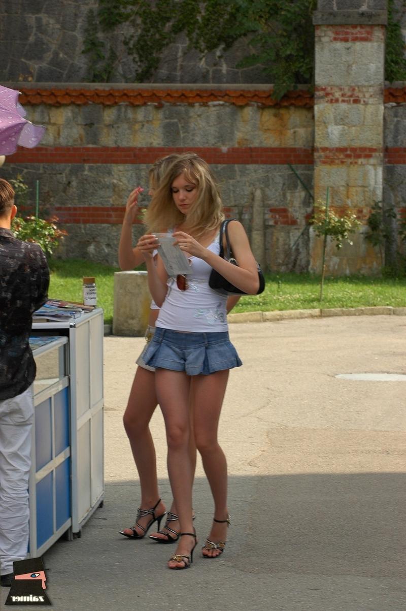 телки очень короткие юбки фото