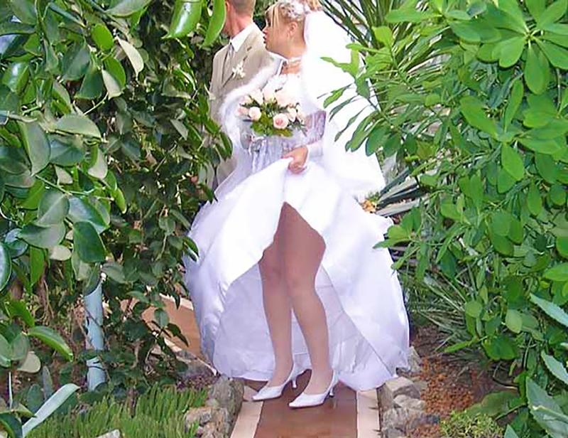Фото невест задирающих платье