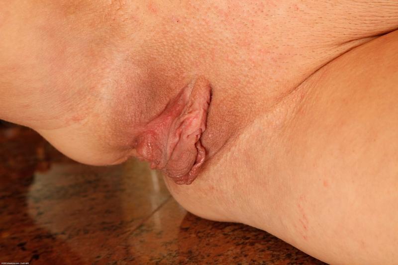 Торчат малые половые губы 10 фотография
