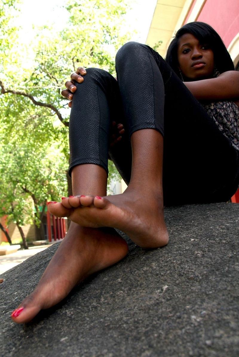 Лизать грязные большие ножки негритянке этом