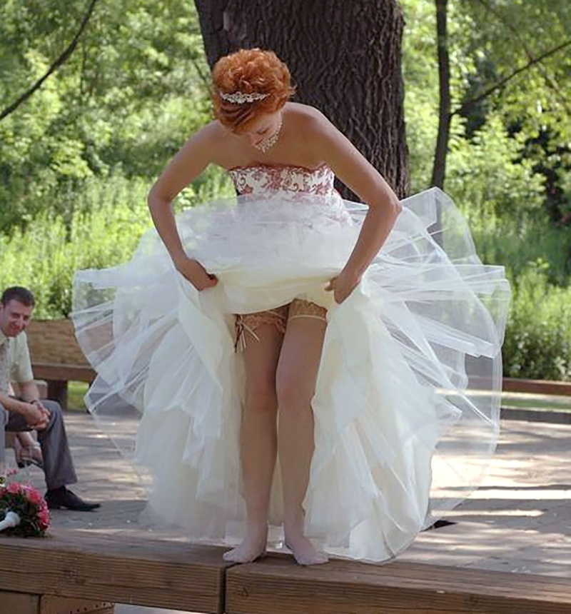 У невесты задралась юбка 7 фотография
