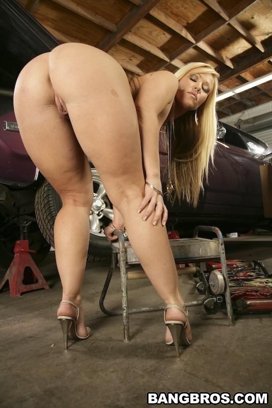блондинка со спины с красивой фигурой